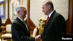 土耳其总统埃尔多安在安卡拉总统宫会见美国国防部长马蒂斯(2017年8月23日)
