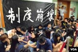 港大校委會會議進行期間,約100名港大及學聯學生在會場外靜坐。(美國之音湯惠芸)