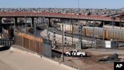 美国德克萨斯州艾尔帕索美墨边境的新建隔离障碍(2019年1月22日)