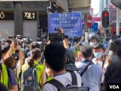 香港警察6月28日下午在旺角登打士街一带展开大围捕,包括大批在场采访的记者都被封锁拦截。 (美国之音/汤惠芸)