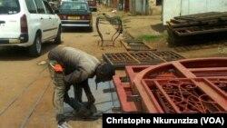 Un soudeur sur la 6e avenue à Bujumbura, Burundi, le 14 décembre 2017. (VOA/ChristopheNkurunziza)