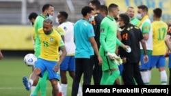 Pemain Brazil Neymar terganggu saat bermain setelah pejabat kesehatan Brazil keberatan dengan partisipasi tiga pemain Argentina yang mereka katakan melanggar aturan karantina. (Foto: REUTERS/Amanda Perobelli)