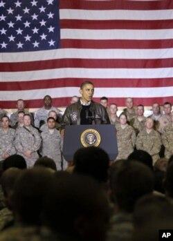 افغانستان کے غیر اعلانیہ دورے میں صدر براک اوباما امریکی افواج کے ایک اجتماع سے خطاب کرتے ہوئے۔