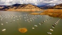 Rumah perahu tampak mengapung di Danau Oroville (25/10) di kota Oroville, California, AS. Badai tropis yang membawa hujan baru-baru ini menambah ketinggian waduk yang sebelumnya mengalami kekeringan bertambah hampir 5 meter, menurut Departemen Sumber Daya Air California. (Foto AP/Noah Berger)