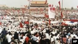 1989年5月17日,中国北京天安门广场上成千上万名民主示威者。