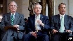 Pimpinan Minoritas Senat Mitch McConnell (kiri) Pemimpin Mayoritas Senat Harry Reid (tengah), Ketua Kongres John Boehner (kanan).