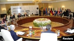 Kepala kebijakan luar negeri Uni Eropa Catherine Ashton (dua dari kiri) dan kepala perundingan nuklir Iran Saeed Jalili (kanan) menghadiri pertemuan di Baghdad (23/5).