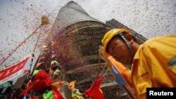 Los constructores festejaron la terminación de la estructura de acero de la torre de Shanghai.
