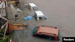 Mobil terendam akibat topan Halong di Kochi, Jepang barat di foto yang diambil oleh Kyodo 10 Agustus 2014. Topanm Halong menewaskan satu orang di Jepang Minggu, 10 Agustus 2014 dan 33 lainnya cedera.