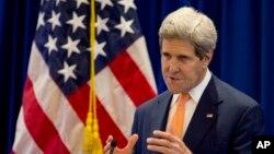 美國國務卿克里周末在緬甸出席東盟外長擴大會議記者會時講話。