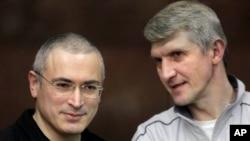러시아의 석유재벌 미하일 호도르코프스키(왼쪽)와 그의 동업자 플라톤 레베데프(오른쪽). (자료사진)