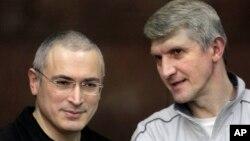 Cựu vua dầu hỏa Mikhail Khodorkovsky (trái) và người hợp tác kinh doanh Platon Lebedev.