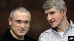 지난 2010년 러시아 모스크바에서 열린 재판에 출석한 미하일 호도르코프스키(왼쪽)과 플라톤 레베데프. (자료사진)