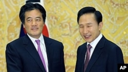 South Korean President Lee Myung-Bak (R) shakes hands with Japanese Foreign Minister Katsuya Okada during their meeting at the presidential Blue House in Seoul, 11 Feb 2010