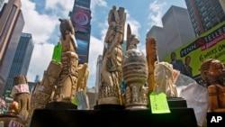 6月19日,美國政府在紐約時報廣場展示沒收的象牙製品。