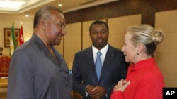 U.S. Secretary of State Hillary Clinton, right, meets with Togo President Faure Gnassingbe, center, and opposition leader Gilchrist Olympio at the Presidential Palace in Lome, Togo, Tuesday Jan. 17, 2012.
