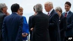 Predsednik Donald Tramp pozira fotoreporterima zajedno sa liderima G7, u drevnom Grčkom pozorištu u Taormini, Italija, 26. maja 2017.