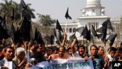 Người Ấn giáo biểu tình tại thủ đô Dhaka của Bangladesh phản đối các vụ tấn công bị cáo buộc là do phe Jamaat-e-Islami thực hiện, 2/3/2013