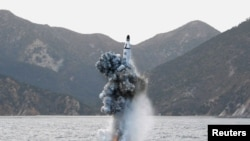 북한이 지난달 24일 잠수함발사 탄도미사일(SLBM) 수중시험발사 때 물밖으로 사출되는 미사일. (자료사진)