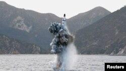 朝鲜领导人金正恩视察潜射导弹项目。