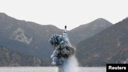 북한 관영언론이 지난 4월 김정은 국무위원장이 참관한 가운데 잠수함발사 탄도미사일(SLBM) 수중시험발사를 실시했다며 공개한 사진 (자료사진)