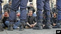 记者无国界组织的活动人士去年9月在巴黎静坐抗议,被防暴警察包围