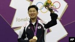 올림픽에서 2회 연속 금메달을 획득한 한국의 사격 선수 진종오