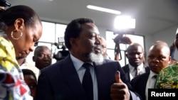 Joseph Kabila, pene na molongani wa ye Olive Lembe (G), na maponami, na Kinshasa, 30 décembre 2018.