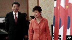 한국을 방문한 시진핑 중국 국가주석(왼쪽)이 청와대에서 박근혜 한국 대통령과 회담한 후 공동기자회견장으로 들어서고 있다.