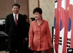 2014年7月3日韩国总统朴槿惠(右)和中国国家主席习近在首尔新闻发布会