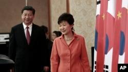 中国国家主席习近平和韩国总统朴槿惠在首尔举行记者会。