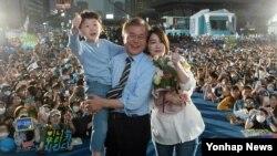 어버이날인 8일 문재인(가운데) 더불어민주당 대통령 후보가 서울 광화문 광장에서 마지막 유세를 진행하며 딸 다혜(오른쪽)씨와 손자로부터 카네이션을 받은 뒤 기념사진을 찍고 있다.