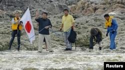 多名日本地方議員和活動人士8月本9日登上有主權爭議島嶼。