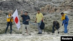 多名日本地方議員和活動人士星期天登上有主權爭議的釣魚島