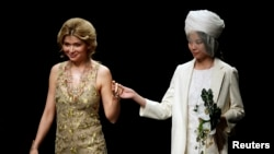 Nha thiết kế thời trang Gulnara Karimova (trái), con gái Tổng thống Uzbekistan Islam Karimov đứng với một người mẫu sau khi giới thiệu bộ sưu tập của bà tại Tuần lễ Thời trang ở Bắc Kinh