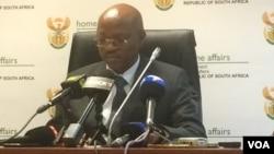 UMnu. Mkuseli Apleni okuhlangothi lwendaba zekhaya olwe Home Affairs kwele South Africa.