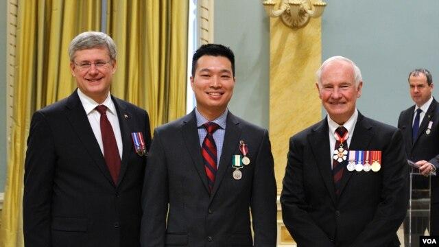 Thủ tướng Canada Stephen Harper, Paul Nguyễn, và Toàn quyền Canada David Johnston tại buổi lễ trao Huy chương Kim khánh bội tinh Kim Cương của Nữ hoàng Anh Elizabeth II năm 2012