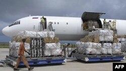 Hàng cứu trợ của Liên hiệp quốc được đưa xuống máy bay đậu trong sân bay ở Mogadishu, Somalia