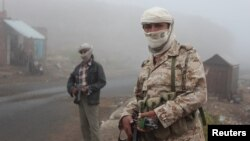 Fighters of the anti-Houthi Popular Resistance Committee secure a highway road linking Yemen's capital, Sana'a, with southern provinces, May 5, 2015.