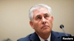 Rex Tillerson, ketua dan CEO ExxonMobil bersaksi mengenai akuisisi perusahaan tersebut atas XTO Energy di DPR AS. (Foto: Dok)