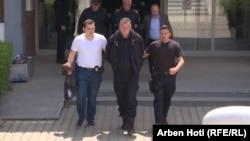 Kosovska policija prati svoje kolege nakon što su uhapšeni u današnjoj velikoj akciji