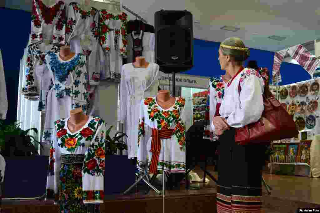 У виставці «Український сувенір» взяли участь майстри з 21 областей України, які створюють як традиційні українські сувеніри, так і формують нові тенденції в галузі