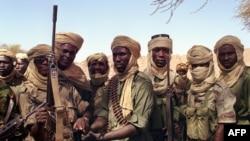 Des soldats tchadiens patrouillent dans la région du Tibesti, le 28 mars 1999.