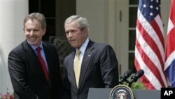 PM Inggris Tony Blair dan Presiden AS George Bush, dua pemimpin yang menentukan pecahnya Perang Irak untuk menggulingkan Saddam Hussein (foto: dok).