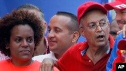 En esta foto del 6 de abril de 2019, Luis Alfredo Motta Domínguez, a la izquierda, asiste a un mitin a favor del gobierno en Caracas, Venezuela. La fiscalía de Miami informó el jueves 27 de junio que Luis Alfredo Motta Domínguez, enfrenta cargos de lavado de dinero.