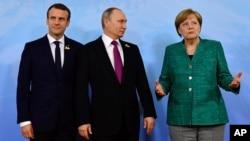 Эммануэль Макрон, Владимир Путин и Ангела Меркель перед встречей во время саммита G20 в Гамбурге, Германия, 8 июля 2017