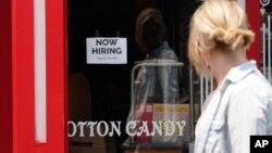 "ARHIVA - Natpis ""Zapošljavamo"" na izlogu prodavnice čokolade u Montereju u Kaliforniji, 6. avgust 2021. (Foto: AP)"