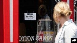 """Фото: оголошення """"Потрібні працівники"""" розміщено у вікні магазину солодощів в Каліфорнії"""