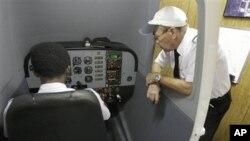 Pelatih Mel Quinton (kanan) mengajar seorang siswa dalam simulator untuk pilot di Sekolah Penerbang Sunrise Aviation, Ormond Beach, Florida (Foto: dok).