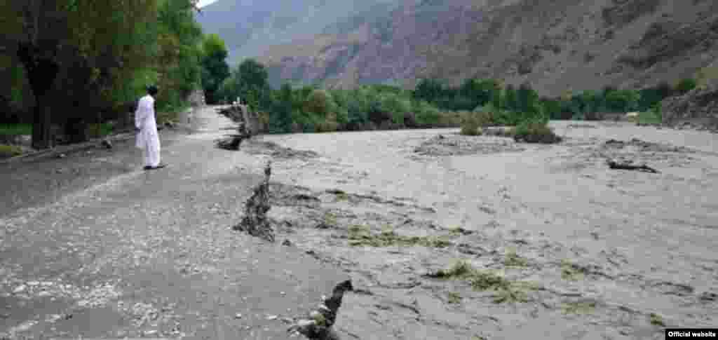 حالیہ بارشوں اور سیلاب سے چترال کے تین علاقوں وادی کیلاش، گرم چشمہ اور چترال بالا کا دیگر علاقوں سے زمین رابطہ منقطع ہے۔